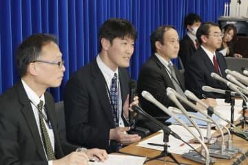 中国・武漢に渡航歴のない新型コロナウイルス感染者が確認され、記者会見する厚労省の担当者=28日午後、厚労省