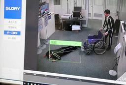 転倒したことを人の姿勢などから検知するグローリーの骨格認識技術=姫路市下手野1、同社研究開発センター