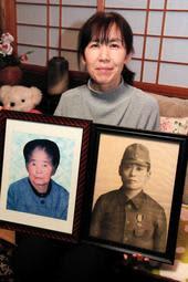 祖母の遺灰をフィリピンの戦地に届けた坊野祥子さん。遺影は久子さんと博さん=三田市