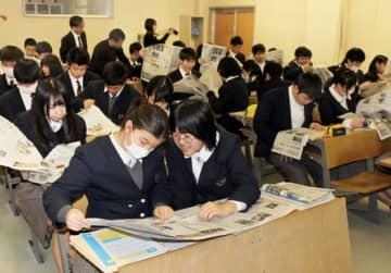 新聞を通して政治への理解を深めた遠野高の2年生