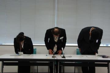 【戸籍の附票の誤交付を謝罪する鈴鹿市地域振興部戸籍住民課の坂佳徳部長(右)ら=鈴鹿市役所で】