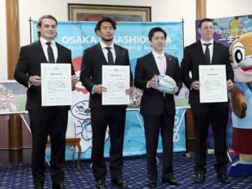 吉村知事(右から2人目)から感動大阪大賞を贈呈された選手ら=28日、大阪府庁
