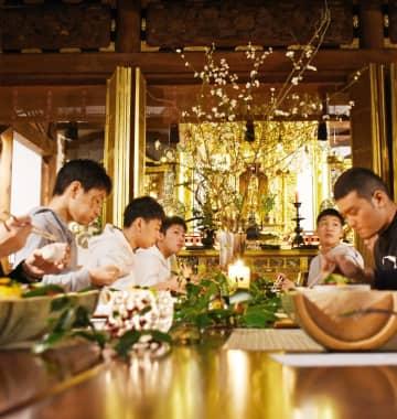 落ち着いた雰囲気で開かれた食事会=白石町の正徳寺
