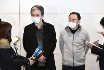 中国・武漢から日本政府のチャーター機で帰国し、取材に応じる現地日本商工会役員の男性2人=29日午前9時43分、羽田空港
