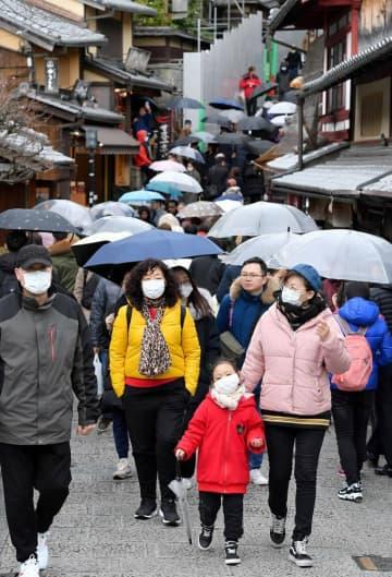 マスク姿の外国人観光客が目立つ三年坂(27日午後2時21分、京都市東山区)