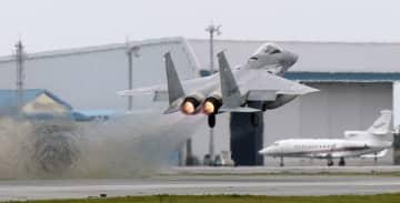 緊急発進で離陸するF15戦闘機=2015年、航空自衛隊那覇基地