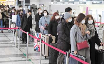 この日の中国便は欠航となったが、国際線の搭乗手続きに並ぶ乗客にはマスク姿が目立った=28日午後4時30分ごろ、仙台空港