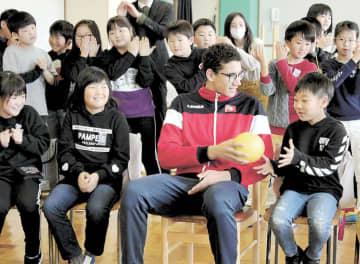 レクリエーションで児童と交流を深めたハフナウイ選手