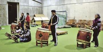太鼓フェスティバルに向け、練習に取り組むメンバー(和歌山県田辺市龍神村柳瀬で)