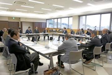 宮脇町長らが町宿泊施設「インランド・シー・リゾート・フェスパ」の今後の方向性を説明した議員協議会