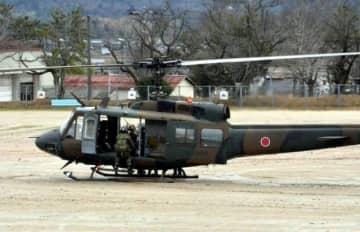 負傷した隊員をヘリで搬送する訓練
