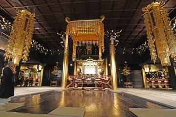 修復が完了し、豪華な仏具で飾られた御影堂の内部(29日午後3時16分、京都市東山区・知恩院)