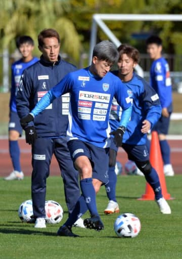 ボールを使った練習に汗を流す横浜FCの三浦知良選手(中央)=29日午前、日南市・日南総合運動公園陸上競技場