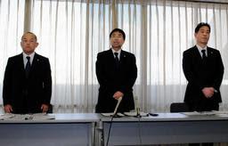 小中学校で23件の体罰あったとして謝罪する(左から)神吉直哉・教育指導部参事、山本照久同部長、尾崎貴弥・学校教育課副課長=加古川市役所