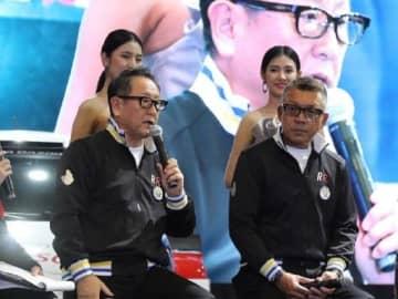 記者会見でレース参戦の意気込みを語る小倉社長(前列右)と豊田社長(同左)
