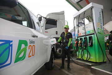 A pickup gets refuelled with biodiesel B20 at a Bangchak petrol station.(Photo by Varuth Hirunyatheb)