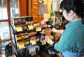 珍しいチョコレートやグルテンフリーの焼きチョコ菓子が並ぶ「ま~の」