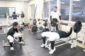 筋力トレーニングに汗を流す室工の選手たち