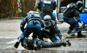 東京五輪を見据えたテロ対策総合訓練で、犯人を取り押さえる県警機動隊員