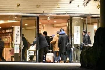 ホテルに入る帰国者=29日午後8時20分、勝浦市墨名
