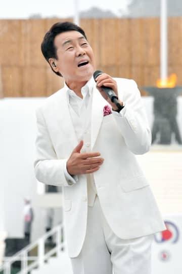 福井国体の開会式で熱唱する五木ひろしさん=2018年9月29日、福井県福井市の9.98スタジアム