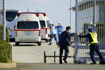 中国・武漢から退避した邦人を乗せたチャーター機が到着した羽田空港に向かう救急車の車列=30日午前10時25分