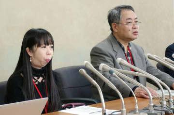 記者会見する片方司さん(右)と米田恵子さん=30日、厚労省