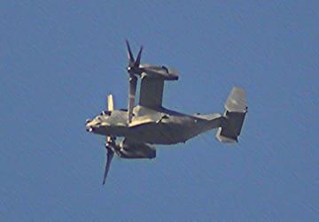 岡山市上空を飛行するオスプレイとみられる機体=29日、矢吹さん撮影