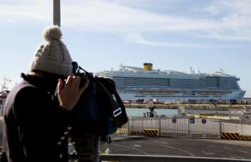 A cameraman films the Costa Smeralda cruise ship, docked in the Civitavecchia port 70km north of Rome on Thursday. (AFP photo)