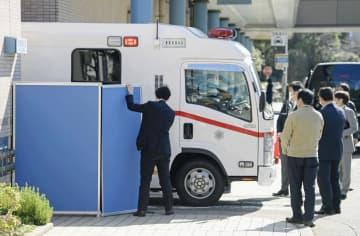 日本政府のチャーター機第2便で中国・武漢から帰国した邦人を乗せ、荏原病院に到着した救急車=30日午前11時19分、東京都大田区
