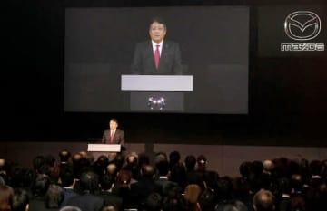 創立100周年の式典で、従業員たちに語り掛ける丸本社長(撮影・田中慎二)