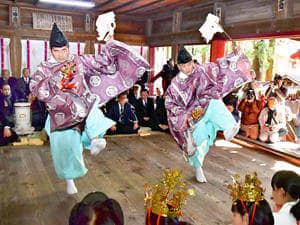 舞を奉納し豊作を願った御田植祭=30日午前、棚倉町・八槻都々古別神社