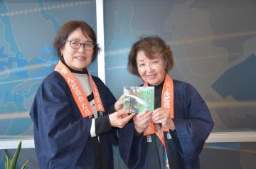 CDを制作した常陸みんわの会の吉成智枝子代表(右)と斉藤清子さん=水戸市笠原町