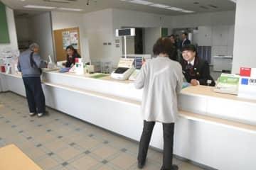 30日に営業を全面再開した梁川郵便局