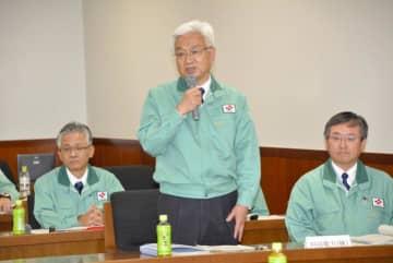 伊方原発3号機のトラブルについて報告する山田研二原子力本部長=30日午前、町役場