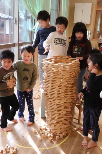 積み木を積み上げて遊ぶ園児=松浦市、上志佐保育所