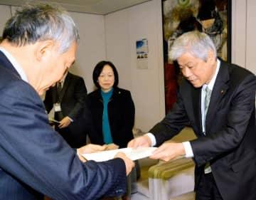 橋本副市長に保育料無償化の拡大を求める提言書を手渡す石崎議長(右)