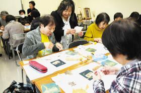 個性豊かなフクロウの葉画を作る参加者