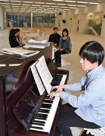 青森市役所本庁舎1階ロビーに設置されたピアノを弾く加藤さん