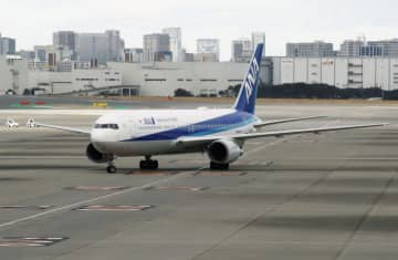 中国・武漢から退避した邦人を乗せ、羽田空港に到着した日本政府のチャーター機=31日午前10時25分