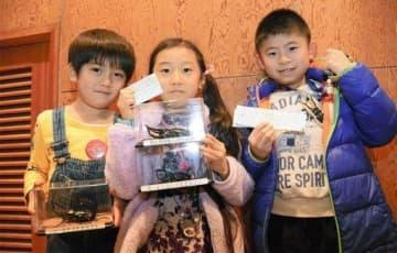スタンプラリーの景品を手にし、うれしそうな子どもたち=熊本市東区