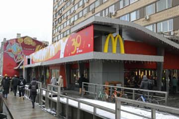 モスクワ中心部にあるロシアのマクドナルド1号店=1月30日(共同)