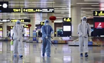 中国遼寧省瀋陽の空港内を消毒する作業員=30日(共同)