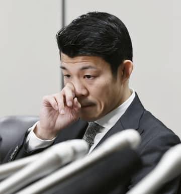 東京地裁のJBCに損害賠償の支払いを命じる判決を受け、記者会見で目を潤ませる亀田興毅さん=31日午後、東京・霞が関の司法記者クラブ