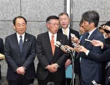 会談後、報道陣の取材に応じる佐竹知事(中央)と穂積市長(左)