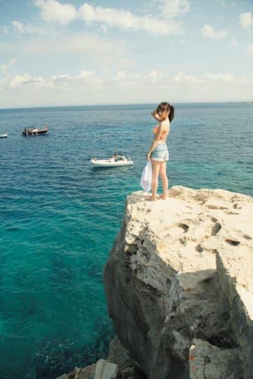乃木坂46 与田祐希、「気持ちよかった! もっと飛び込みたい!」2nd写真集より崖からダイブ直前カットを公開