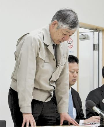自力再建の断念を発表し、頭を下げる長倉社長=31日午後7時5分ごろ、石巻市