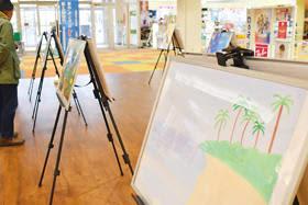 子どもたちの豊かな感性が光る海の絵の展示会