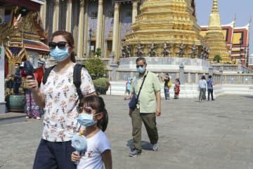 バンコクの寺院ワット・プラケオを訪れた観光客=1月(共同)