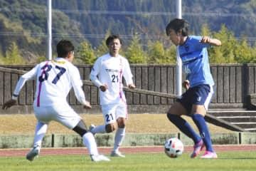 JFLのテゲバジャーロ宮崎との練習試合でドリブルする横浜FCの中村(右)=宮崎県日南市